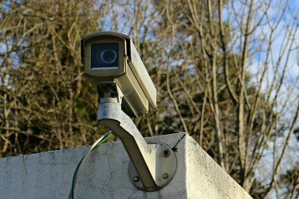 Redes de franquias que fazem monitoramento eletrônico da segurança.